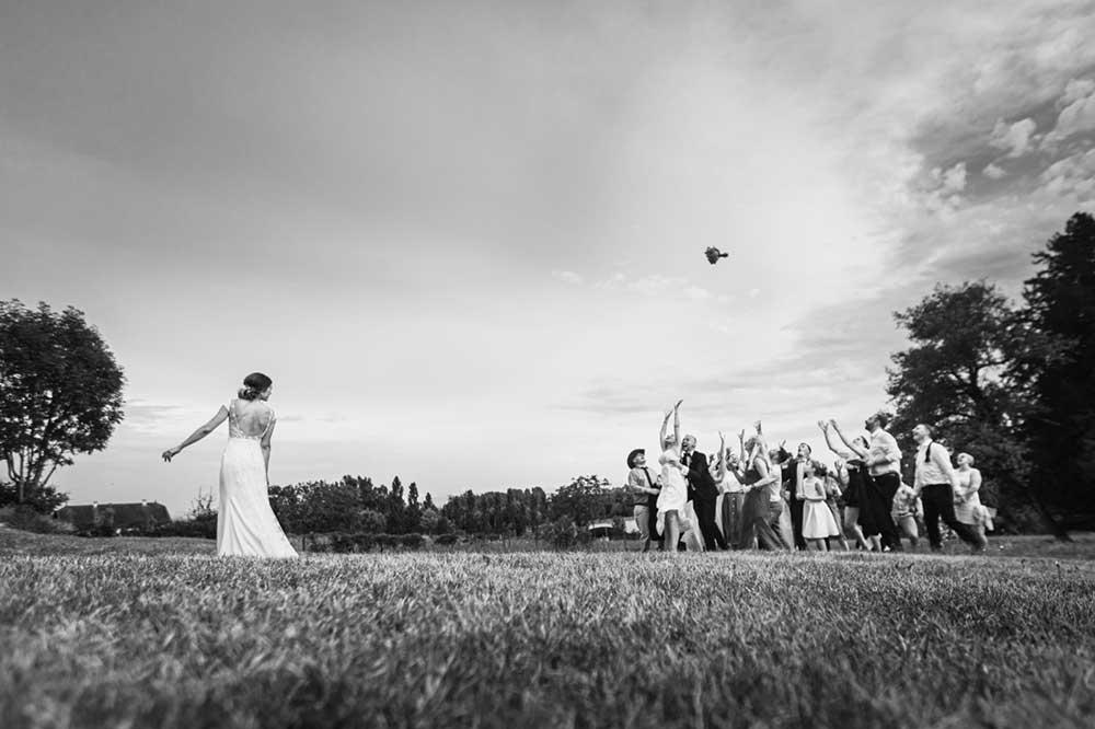 Lancée de bouquet de mariage au sein d'un domaine proche de Paris