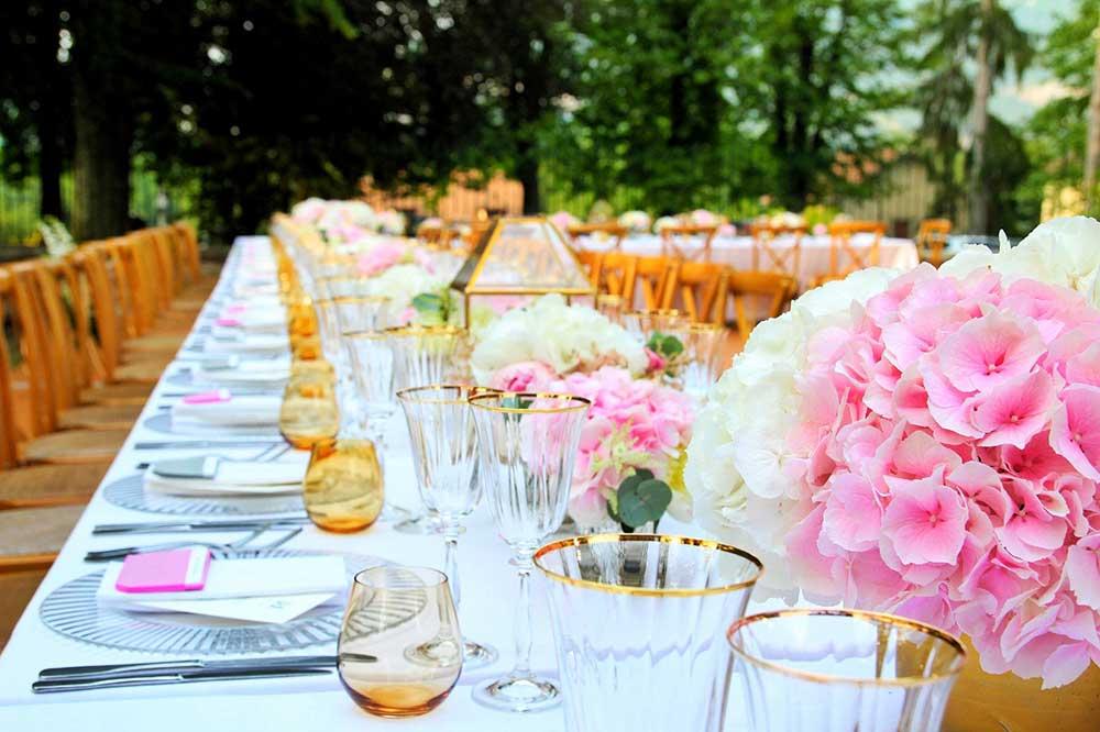 Table de mariage fleuri dans un domaine proche de Paris